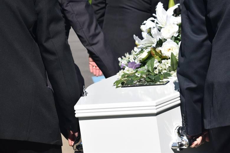 Nowa moda w branży pogrzebowej. Transmisja online, telekondolencje, filmy o zmarłych i pochówek nagrywany z drona