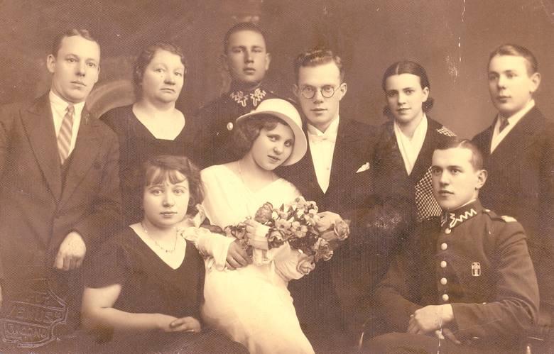 """Wielki przebój Ireny Santor """"Odrobinę szczęścia w miłości"""", który skomponował Jerzy Petersburski, pięknie pasuje do galerii ślubnych fotografii. Po zdjęcia"""