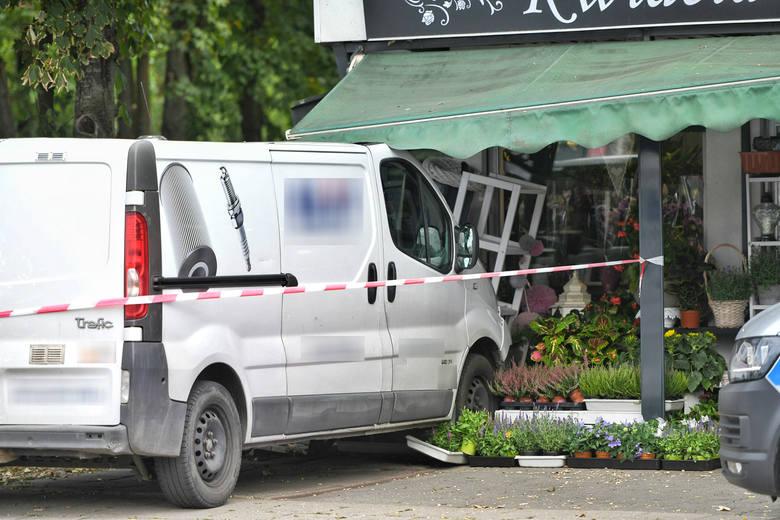 Do zdarzenia doszło po godzinie 9 w sobotę, 27 lipca. Z niewiadomych przyczyn samochód dostawczy wjechał w budynek kwiaciarni przy ulicy Dąbrowskiego,