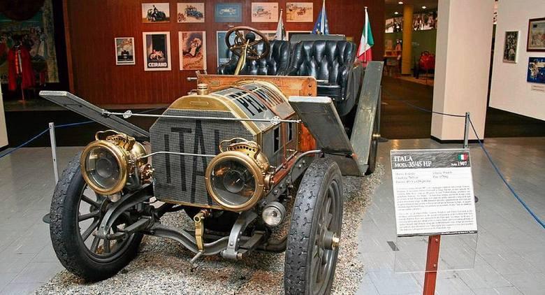 Itala 35/45 HP księcia Borghese, dziś w zbiorach Narodowego Muzeum Automobilizmu w Turynie. W wyścigu auto nie miało widocznych tu błotników-desek. Usunięto je, by zmniejszyć masę pojazdu, choć bardzo by pomogły na grząskich drogach.