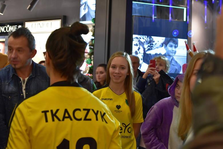 Skandaliczna rozróba kiboli w czasie Wieczoru Gwiazd w galerii Libero. Banda wyrostków napadła i okradła stoisko GKS Katowice