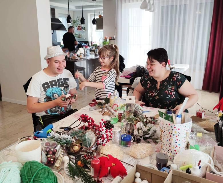 Podopieczni stowarzyszenia i ich rodzice wykonali piękne ozdoby świąteczne. Można je kupić na stronie facebookowej Stowarzyszenia Przyjaciół Zespołu