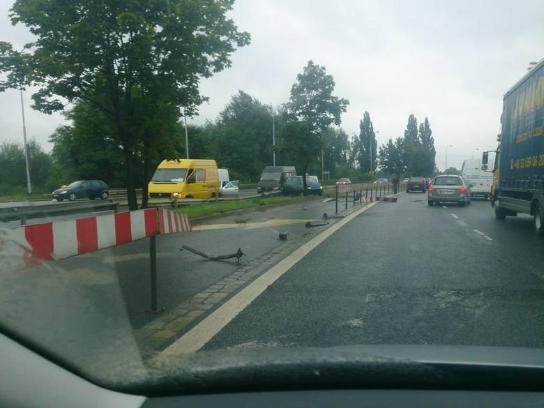 Wrocław: Wypadek na al. Jana III Sobieskiego. Kobieta wpadła w poślizg (FOTO)