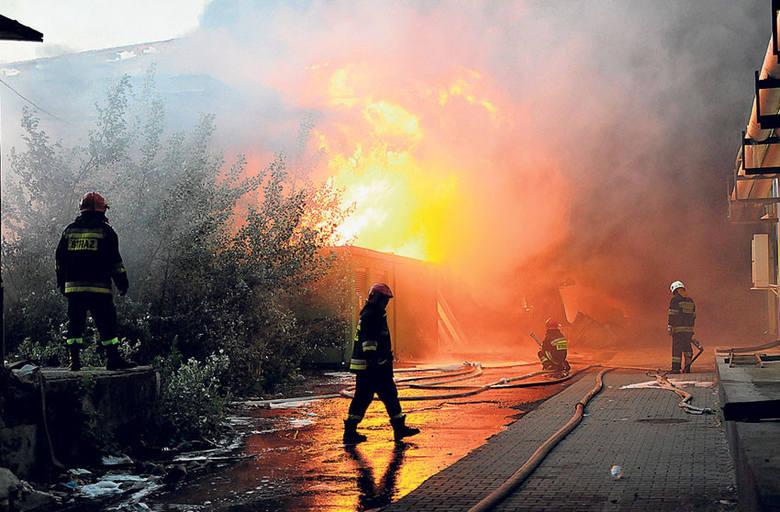 40 zastępów straży pożarnej i 200 ratowników przez ponad 15 godzin gasiło pożar magazynów, który około godz. 3 nad ranem wybuchł na terenie dawnej Wifamy