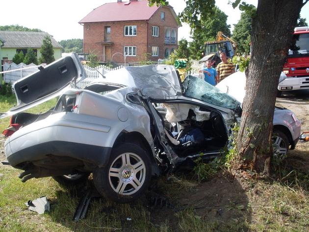 Izabelin: Auto uderzyło w drzewo. Dwie osoby nie żyją