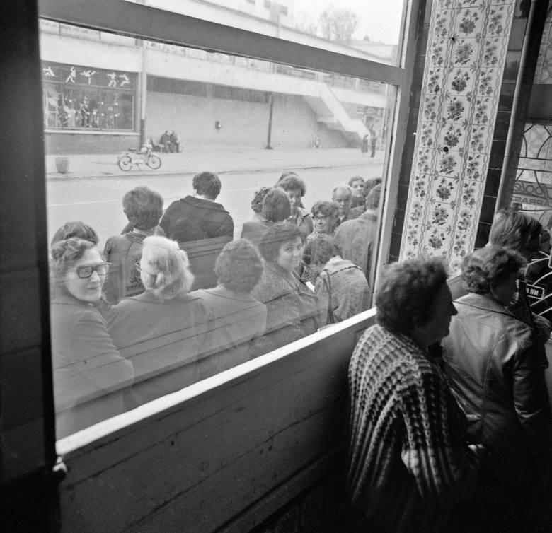 Kolejki przed mięsnym w czasach PRL. W Raciborzu w latach 80-tych czekano godzinami