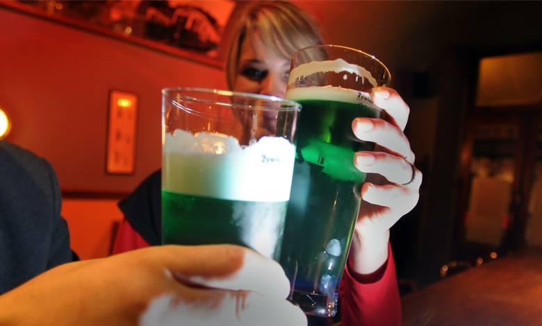 Kraków, pub Trambar. W dzień św. Patryka patrona Irlandii, kklienci piją specjalnie barwione zielone piwo
