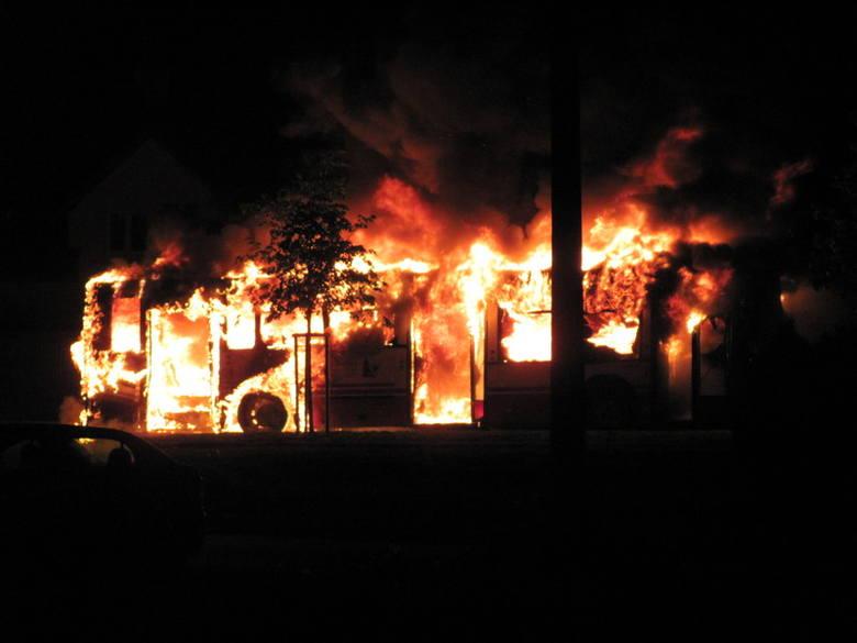 Autobus linii nr 17 spłonął w alei Witosa w Opolu. Zdjęcie wysłał do nas internauta na nto24