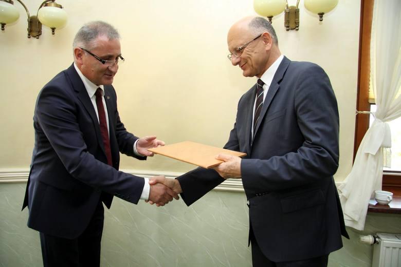 Zbigniew Michalak, szef Lubelskiego Forum Pracodawców wręcza Krzysztofowi Żukowi symboliczny kontrakt na następną kadencję