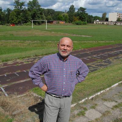"""Jędrzej Łucyk, dyrektor """"mechaniaka"""" marzy, by w tym miejscu powstało pełnowymiarowe boisko ze sztuczną murawą. Teraz wszystko w rękach"""