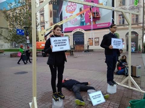 W piątkowe popołudnie w pasażu Schillera odbył się happening Egzekucja Klimatyczna. Młodzi ludzie stanęli pod szubienicą mając pod nogami bryły lodu.