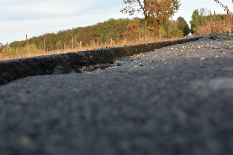 Firma budowlana z Brzegu, która wygrała przetarg, nie spieszy się z remontem drogi.Stan techniczny ścieżki nie jest najlepszy. Na różnych fragmentach