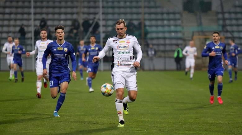 Z ostatniego miejsca z 1 do 2 ligi spadłaby natomiast Chojniczanka Chojnice. Drużyna Zbigniewa Smółki przegrałaby walkę mając sześć punktów straty do