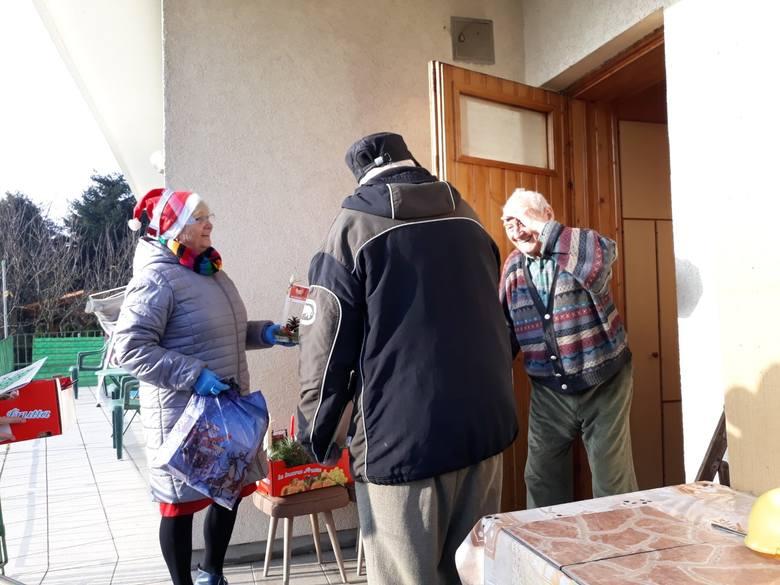 Seniorzy i dzieci we współpracy z Fundacja LIS przygotowali kartki z życzeniami i upominki dla najstarszych i schorowanych osób z podkrakowskich wio