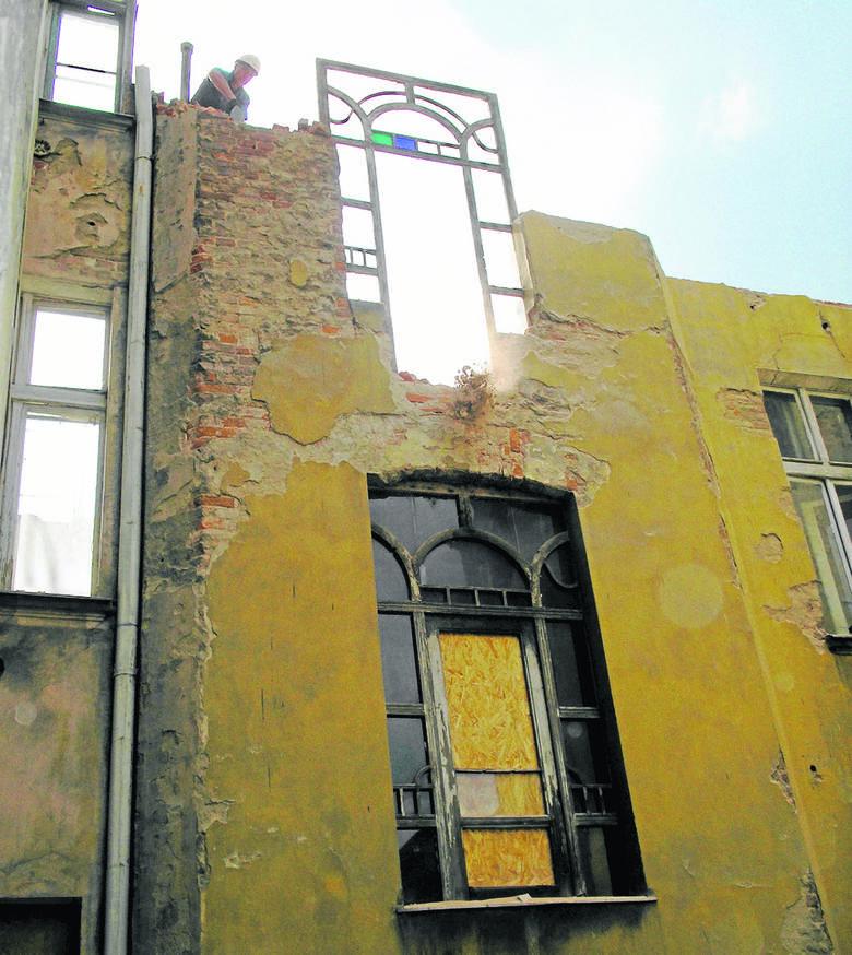 Rozbiórka frontowego budynku prowadzona jest tak, że gruz zrzucany jest wprost na podwórko.