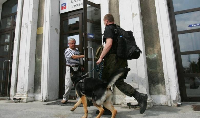 Telefon o podłożonej bombie w Urzędzie Miasta Szczecin policjanci dostali około południa.
