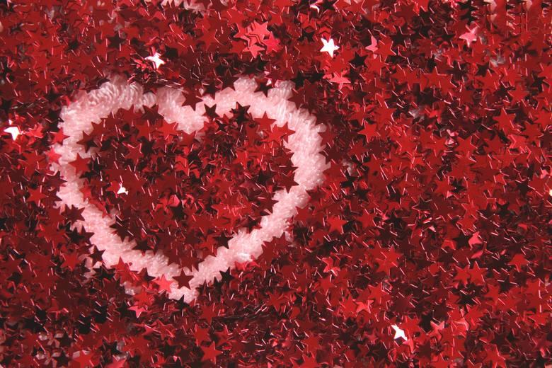 Jesteś zakochany? Wyślij życzenia walentynkowe na Facebooku lub przez messengera albo napisz wierszyk walentynkowy w SMS.