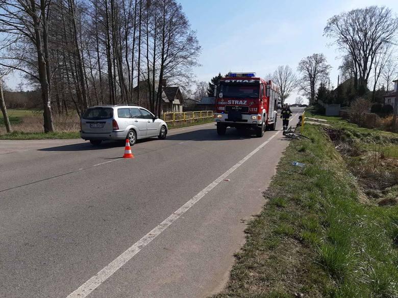 Wypadek w Kamiance gmina Rzekuń. Motocykl uderzył w maszt i wpadł na posesję. Motocyklista w szpitalu, pasażer z lekkimi obrażeniami