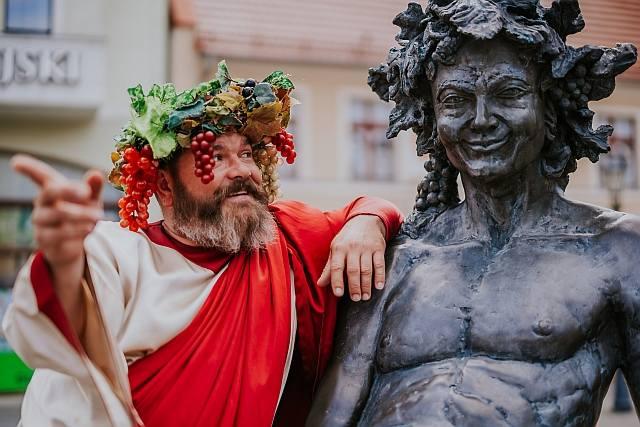 Bachus ma swój pomnik. Stoi na deptaku (skrzyżowanie ulic: Żeromskiego, Kupieckiej, al. Niepodległości). Rzeźbę wykonali artyści  - rzeźbiarze z Krakowa