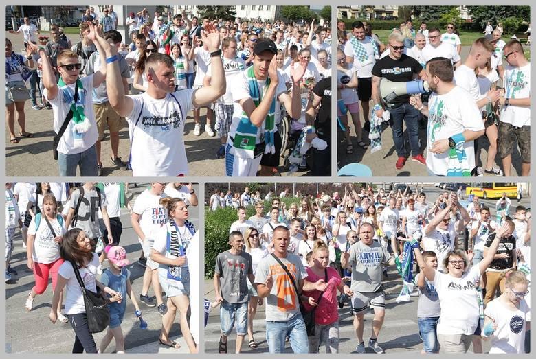 Kibice Anwilu Włocławek zebrali się w sobotę o g. 16 pod pomnikiem na pl. Wolności. Stąd przeszli razem do Hali Mistrzów, by dopingować drużynę Anwil