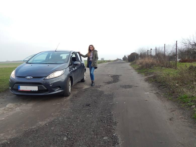 - Ta droga powinna być zbudowana już dawno. Jeździ nią wiele osób - mówi Milena Kożuch.