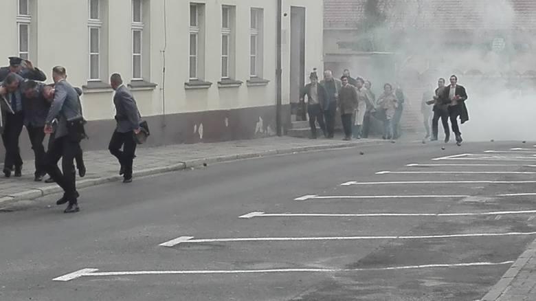 Sceny kręcone na ul. Kasprowicza. Milicjanci chronią się przed atakującym tłumem w budynku komendy