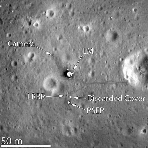 Miejsce lądowania sfotografowane przez LRO w 2012. Oznaczenia: LM – moduł księżycowy, LRRR – Laser Ranging RetroReflector, PSEP – Passive Seismic Experiment