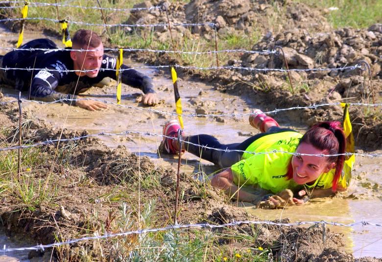Dużo emocji zawodnikom i kibicom dostarczył ekstremalny bieg z przeszkodami rozegrany w sobotę podczas Dni Tarnobrzega. Na ponad sześciokilometrowej