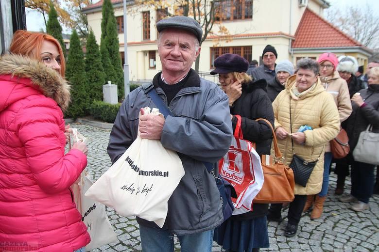 Aż 139 mrożonych gęsich tuszek rozdano w sobotę przed Urzędem Marszałkowskim we Włocławku. Odbiorcami byli ci mieszkańcy, którzy wzięli udział w konkursie