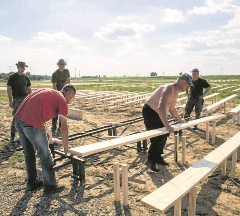 """Wojsko rozstawia kilkaset  drewnianych ławek w sektorze """"S"""""""
