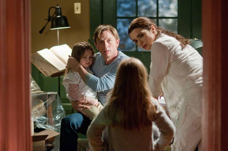"""""""Dom snów""""Nie będąca niczego świadoma rodzina, przeprowadza się do domu, w którym zostały popełnione makabryczne morderstwa. Odnoszący"""