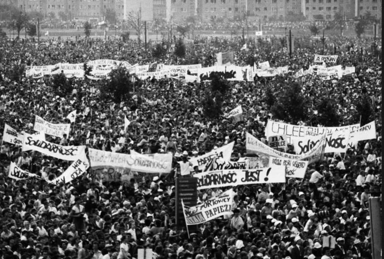 """30 lat od pielgrzymki Jana Pawła II. Jutrzenka papieskiej wizyty i esbecka akcja """"Zorza"""""""