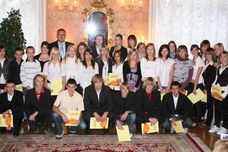 Pamiątkowe zdjęcie tegorocznych stypendystów z burmistrzem Sławomirem Kowalem.