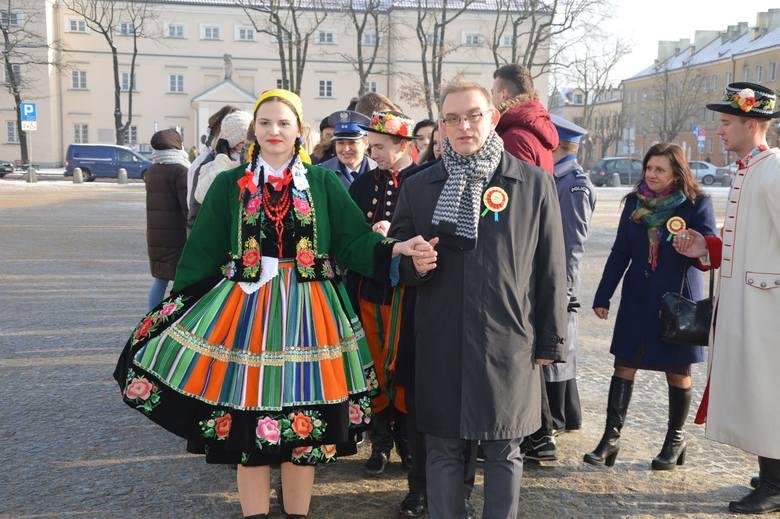 Ponad sto par zatańczyło poloneza na Starym Rynku w Łowiczu [ZDJĘCIA]