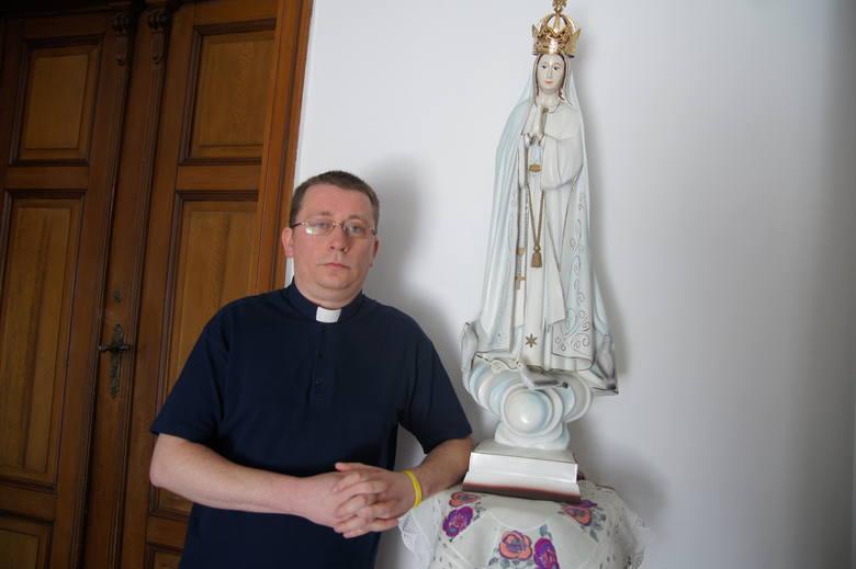 Ks. Waldemar Kostrzewski, na zdjęciu z figurą Matki Bożej Fatimskiej