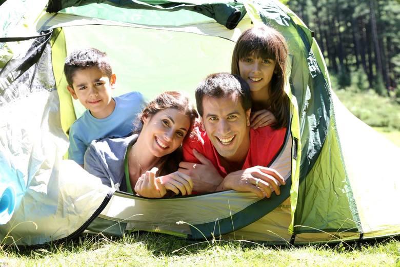 Spędzenie wakacji pod namiotem może okazać się strzałem w dziesiątkę. Ile taki urlop może nas kosztować i czy naprawdę jest to tańsza opcja? Zwykle tak