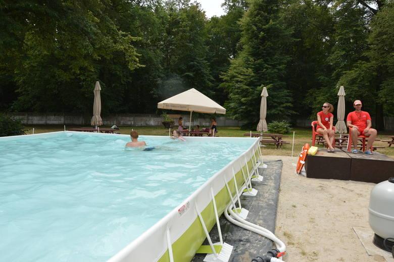 Ratownicy: Zbigniew Szart i Anita Demko strzegą bezpieczeństwa kąpiących się na żagańskich basenach