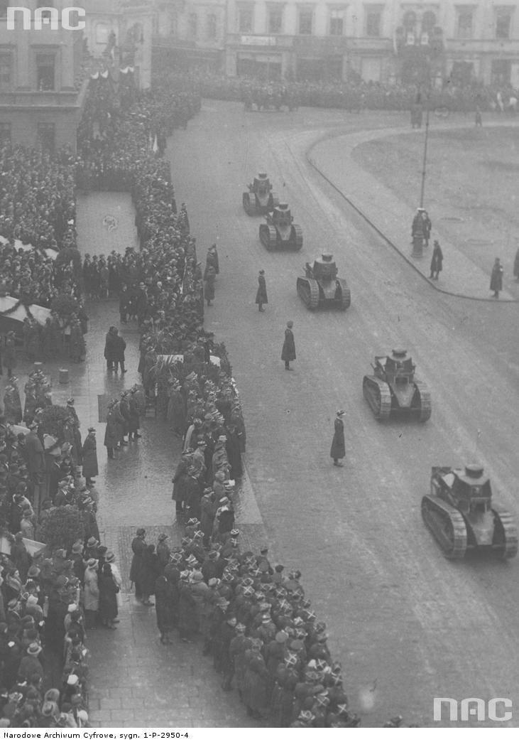 Oddział czołgów Renault FT-17 na placu Piłsudskiego w Warszawie podczas defilady z okazji Święta Niepodległości