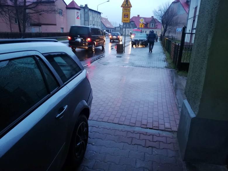 W piątkowy poranek na drogach w regionie panują trudne warunki do jazdy. Do dwóch zdarzeń drogowych doszło w Sianowie, gdzie samochód osobowy uderzył
