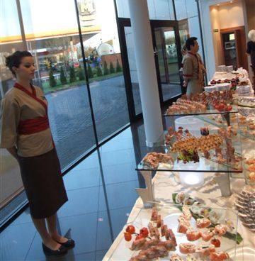 Gościom podczas części oficjalnej podano przygotowywane na miejscu sushi