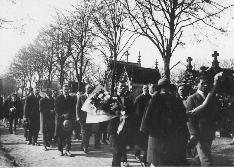 Członkowie Towarzystwa im Józefa Piłsudskiego w Troyes w drodze na cmentarz w dniu Wszystkich Świętych. 1925-35 rok.