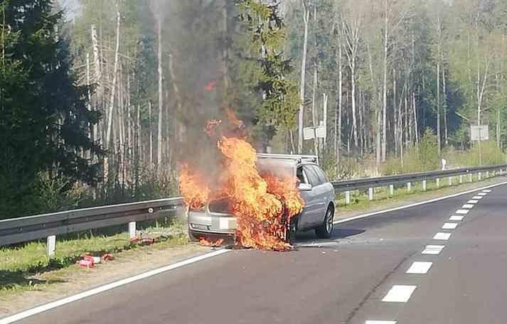 Dzisiaj rano, o godz. 7.29, strażacy otrzymali zgłoszenie o samochodzie palącym się na trasie Białystok - Bobrowniki.Zdjęcia pochodzą z grupy Kolizyjne