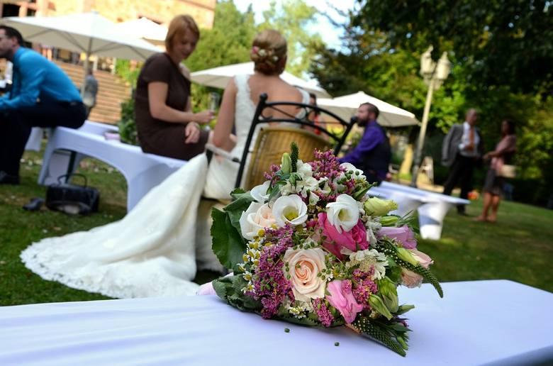 Ile dać na ślub, ile włożyć do koperty na wesele? To pytanie często zadają sobie wybierający się na wesele.