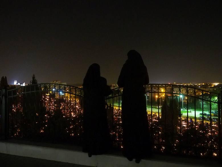 1 listopada nekropolie nabierają wyjątkowego klimatu szczególnie po zapadnięciu zmroku. Zobaczcie, jak prezentuje się cmentarz parafii pw. Wszystkich