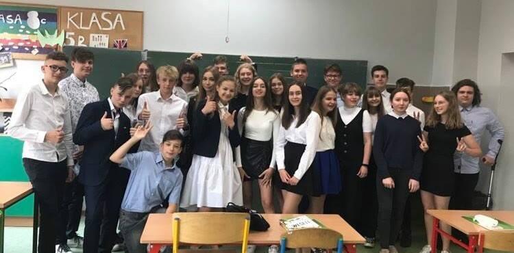 Klasa VIII c ze Szkoły Podstawowej nr 18 w Zielonej Górze - zdobywcy pierwszego miejsca w regionie (województwa: lubuskie i zachodniopomorskie) wśród