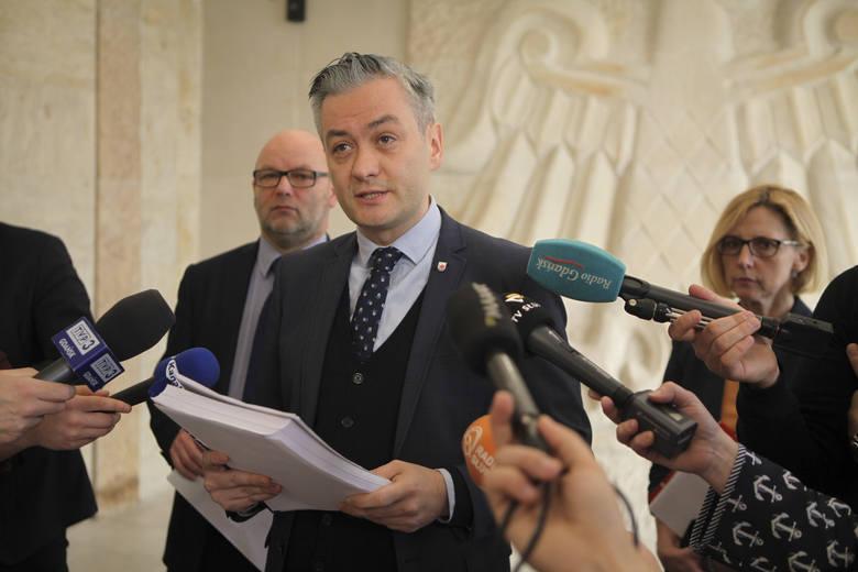 Podczas cotygodniowej konferencji prasowej w ratuszu , prezydent Słupska Robert Biedroń przedstawił wnioski płynące z opracowanej Białej Księgi dotyczącej budowy akwaparku.