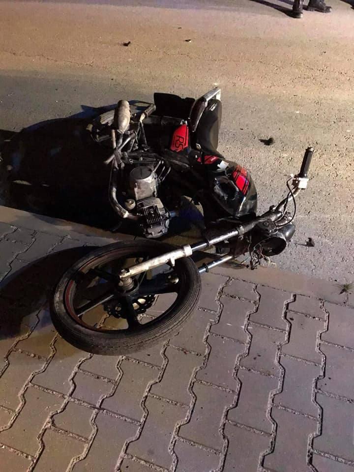 Wypadek w gminie Borkowice: kompletnie pijany 17-latek rozbił się motorowerem uderzając w zaparkowany samochód