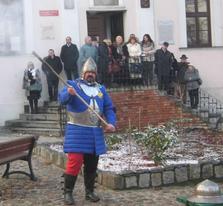 Salwy z muszkietów, pojedynki rycerzy, urzędnicy w historycznych strojach - tak wyglądały huczne obchody 424. rocznicy bitwy pod Byczyną.