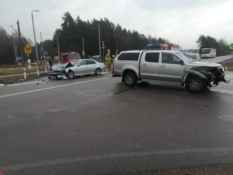 Wypadek Mońki - Osowiec. Zderzyły się samochody osobowe. Dwie osoby ranne [zdjęcia]