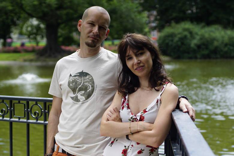 Błażej Kujawa wraz ze swoją żoną Gabrysią od lat pomagają zwierzętom, przebywającym w schroniskach, w znalezieniu domu.